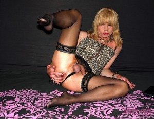 Tranny in nylons fucking her massive toy